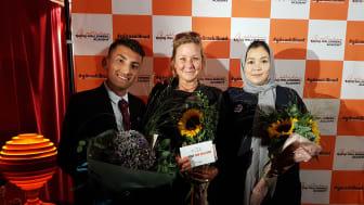 """Matilda Brinck-Larsen, nominerad för det """"stora"""" Raoul Wallenberg-priset 2018, flankeras av Ungt Kurage-vinnarna Ali Zardadi och Zahra Samadi."""