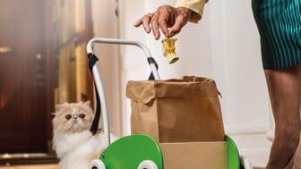 Så tränar du katten att ta ut matavfallet