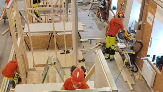 Bild från förra årets tävling i Bygg-VM. Eleverna får på viss tid bygga utifrån en modell och bedöms efter flera olika kriterier, t ex noggrannhet och arbetsmiljö. Tävlingar och uppvisningar görs även inom mureri, plattsättning och måleri.