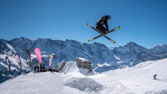 Freeskier vor einmaliger Bergkulisse im Skyline Snowpark