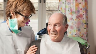 Folktandvården samlar och sprider kunskap om äldretandvård. Den kunskap som inte finns bidrar de till att ta fram.