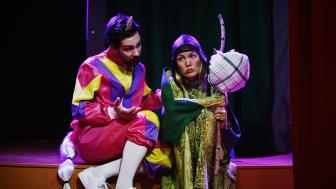 Varför gråter draken? Föreställningen spelas bl.a. av Jon Wetterholm och Amanda Andréas.