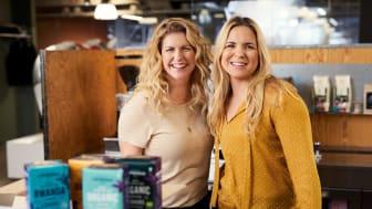 Under en fullmatad dag hos Löfbergs lär sig Anja och Filippa allt om kaffe. Resultatet går att se i en ny serie filmer.