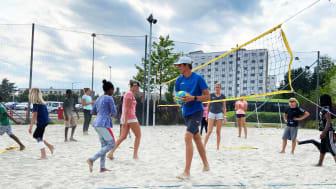 Mange fikk prøve seg på sandvolleyball for første gang på camp med Norges beste spillere i Fossumparken