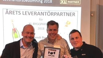 Claes Broberg , V/S/B i mitten gratuleras av Johan Rosendahl, VD (t.v.) och Johan Lundgren, inköpsansvarig (t.h) från XL-BYGGPARTNER.