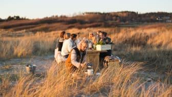 Bordet som står på Ugglarps strand är bokningsbart varje fredag hela sommaren. Lisa Lemke står för recepten och kan också bokas som privat kock.