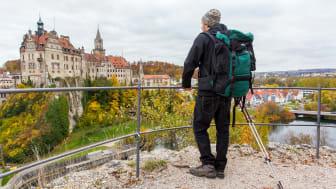 Donau-Zollernalb-Weg: Sigmaringen Schloss, Wanderer © DZT e.V.  F: Moritz Kertzscher
