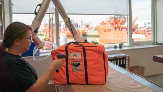 Både de specialdesignede arbejdsdragter og redningsveste i ESVAGT er nu blevet udstyret med stregkoder, så det er enkelt at spore hver enkelt dragt – uanset hvor i flåden, den befinder sig. Det bidrager til øget sikkerhed og tryghed i arbejdet.