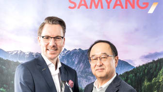 Niclas Walser und Samyang-CEO Choong Hyun Hwang bei der Übergabe des Awards