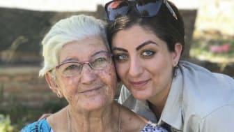 Optiker Shahed Sabtti i Bolivia tillsammans med en kvinna som blev mycket nöjd med sina nya glasögon.