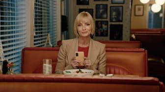 Jaime Pressly, känd från My name is Earl och Mom, medverkar i reklamfilmerna när Tre lanserar varumärkeskonceptet Trevligt.