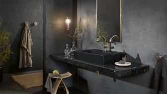 For et gennemført æstetisk udtryk kan man med fordel kombinere den sorte håndvask fra serien Memento 2.0 med sort marmor og gråsorte vægge. Stilfuldt og elegant.