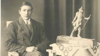 Vasaloppets segrare 1922 Ernst Alm med segertrofén, vandringspriset från Vårt Hem
