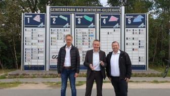 Gewerbepark Bad Bentheim: Gildehaus wird mit Glasfaser ausgebaut. v.l. Jens Wolters (Geschäftsführer GGB), Bürgermeister Dr. Volker Pannen, Thomas Plümacher (Geschäftskundenberater Deutsche Glasfaser)