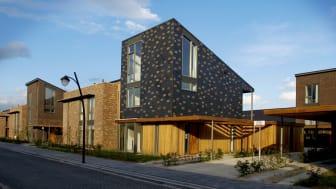 Lekfullt användande av takskiffer på fasad