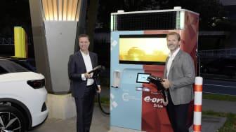 E.ONs øverste chef for Customer Solutions Patrick Lammers og Volkswagen Groups tekniske chef Thomas Schmall satte gang i driften af den første E.ON Drive Booster