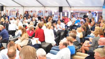 Telenor er til stede gjennom hele Arendalsuka med en rekke egne arrangementer, i tillegg til at våre ledere og teknologieksperter deltar på flere eksterne arenaer. Her fra Telenors eget telt på fjorårets arrangement. Foto: Martin Fjellanger