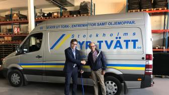 I mer än 30 år har Magnus Wikzell (t.v.) drivit sitt företag Stockholms Hyr-tvätt, men nu övertar Carl-Johan Björkman verksamheten och företaget kommer successivt att byta namn till Hr Björkmans Entrémattor.