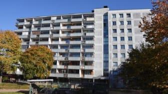 Ljusare fasader, djupare balkonger och nya fönster. De fyra niovåningshusen på östra Närlunda ger ett annat intryck efter renovering.  Foto: Tidningen Byggindustrin, Elin Bennewitz.