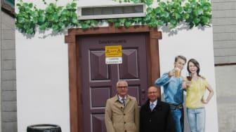 Bürgermeister Herbert Jakob und Günter Jira vom Bayernwerk stellten die künstlerische Neugestaltung des Turmtrafos vor.
