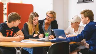 Katarina Stjernfelt med elever på Kalmar Fria Läroverk