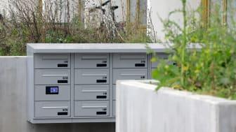 Renz har leveret både en model monteret på væggen og et smalt postkasseanlæg, der bliver indbygget i væggen i Gellerupparkens Blok 4.