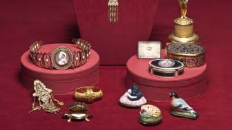 Samlingsbild av föremål i utställningen Juvelerarkonst – preciösa ting från stormaktstid till samtid. Foto: Bodil Beckman.