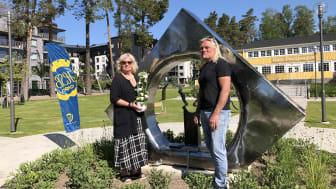 """HSB Östergötlands ordförande Mariethe Larsson samt konstnären Pablo von Eckardstein framför det nya konstverket i Folkets Park, """"När vi dansar..."""""""