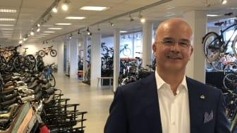 Tony Grimaldi får utmärkelsen Guldklubban för sitt styrelsearbete, här i Cycleuropes cykelfabrik i Varberg.