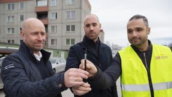 Pär Erlandsson, Prysmian Group, Erik Kjörling, Elektroskandia och Kia Nouralvara, Botkyrka Stadsnät, med den nya fiberkabeln Slender.