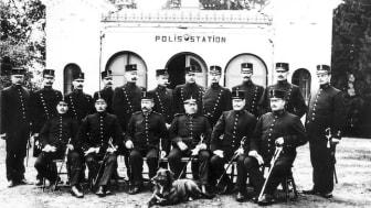 Gruppbild av poliser på Rådhustorget i Lindesberg.