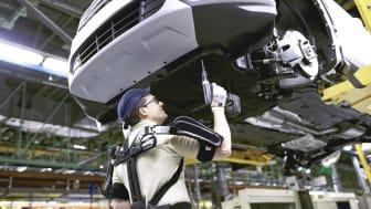 Ford valenciai gyárában 'exoskeleton', azaz külső váz segíti a szerelőszalagon dolgozók munkáját