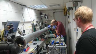 Professor Gerhard Gröbner och forskningsingenjör Jörgen Åden i färd med att byta prov på en neutronreflektometer vid ISIS forskningsanläggning på Harwell i England. Foto: Tobias Sparrman.