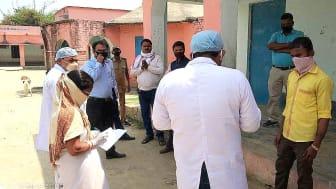 Asha Devi kontrollerar att migrerande arbetare får information om tillgängliga hälsokontroller, Amba Utri Gram Panchayat, Indien. Foto: The Hunger Project India