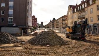 Stora maskiner är i arbete längs Järnvägsgatan och Första Avenyen  där Amelies plats växer fram utanför stationsbyggnaden. Foto: Ida Forsberg