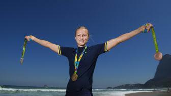 Sarah Sjöström poserar med sina tre medaljer från OS i Rio 2016.