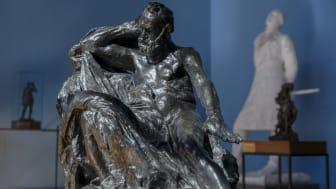 Fra utstillingen Paralleller. Gustav Vigeland og hans samtidige i Vigelandmuseet. Auguste Rodins Victor Hugo med draperi, utlånt fra Musée Rodin. (Foto: Carsten Aniksdal / Vigelandmuseet)