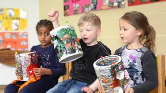Mahlet, Ben und Tessa (von links) zeigen sich gegenseitig ihre Kunstwerke.
