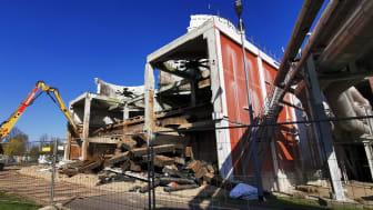 Vorbereitende Maßnahmen: Abrissarbeiten an einem nicht mehr benötigtem Kühlturm schaffen Platz für neue Bauten.