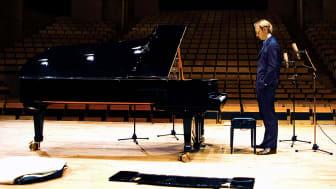 Camerata Nordica tillsammans med Per Tengstrand framför verk av Grieg och Chopin.