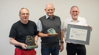 Lars Knudsen, Ole Andersen og Hans Andreasen med diverse hæder, som blev tildelt ESVAGT for redningsaktionen. Rederiet blev bl.a. tildelt Leith International Conference's Offshore Safety Award