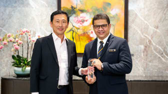 SATS Duty Manager Syed Umar Bahki Bin S A Sunny receiving the  'Service Personality of the Year' award from Mr Ong Ye Kung, Minister for Transport