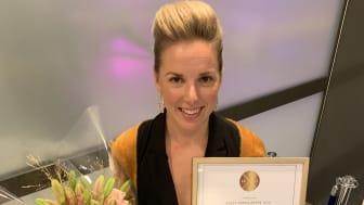 En glad Sandra Petersson med utmärkelsen Årets yrkeslärare. Foto: TYA.