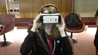 Diana Saplacan testar mobil som virtual reality-glasögon i Genève .