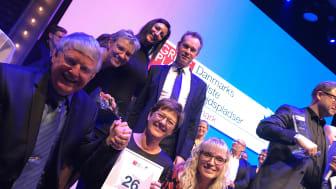En glad direktion og HR-afdeling modtog beviset på at Lindab er en af Danmarks bedste arbejdspladser 2017.
