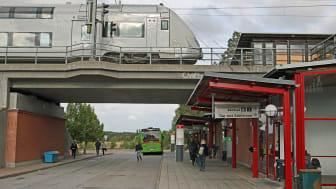 Läggesta station på Svealandsbanan mitt emellan Åkers styckebruk och Mariefred ger möjlighet till pendling mot Eskilstuna eller Stockholm, men många resenärer tar bilen till den perifera stationen. Foto: Privat