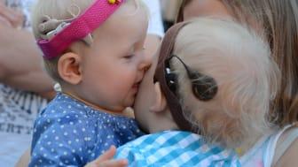 Döva barn får höra vid fem månaders ålder