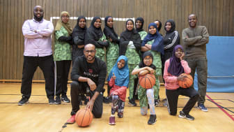 Mohammed Rage (till vänster) och Abdirazak Ahmed (till höger) har sina döttrar med i Pappasamverkans tjejlag i basket. Laget tränas av Abdullahi Abu Hassan.
