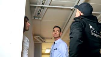 Elektriske farer er usynlige, sier Steinar Nilsen. Her i samtale med Remi og Kai Refsdal fra Refsdal Entreprenør. Foto: Trainor AS