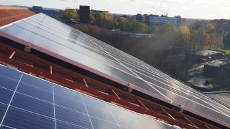 Installation av solpaneler är en del av åtgärderna för minskade koldioxidutsläpp.